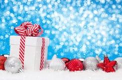 Fondo de la Navidad con las chucherías y la caja de regalo Foto de archivo