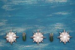 Fondo de la Navidad con las decoraciones decorativas de la Navidad de la composición en fondo de madera pintado fotografía de archivo libre de regalías