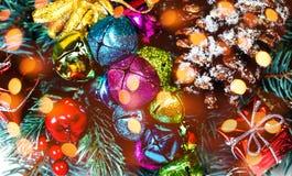 Fondo de la Navidad con las decoraciones del día de fiesta y las luces del bokeh Imagen de archivo libre de regalías