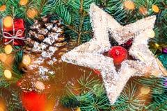 Fondo de la Navidad con las decoraciones del día de fiesta y las luces del bokeh Imágenes de archivo libres de regalías