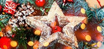 Fondo de la Navidad con las decoraciones del día de fiesta y las luces del bokeh Fotografía de archivo libre de regalías