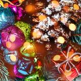Fondo de la Navidad con las decoraciones del día de fiesta y las luces del bokeh Imagenes de archivo