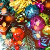 Fondo de la Navidad con las decoraciones del día de fiesta y las luces del bokeh Fotos de archivo libres de regalías