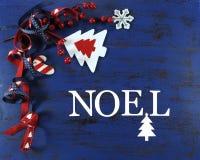 Fondo de la Navidad con las decoraciones del fieltro en la madera azul marino del vintage con las letras de Noel Fotos de archivo libres de regalías