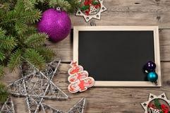 Fondo de la Navidad con las decoraciones en el tablero de madera Imagen de archivo libre de regalías