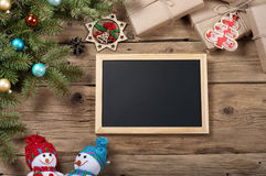 Fondo de la Navidad con las decoraciones en el tablero de madera Imágenes de archivo libres de regalías