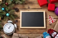 Fondo de la Navidad con las decoraciones en el tablero de madera Foto de archivo libre de regalías