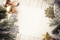 Fondo de la Navidad con las decoraciones en el tablero de madera Imagen de archivo