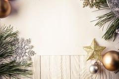 Fondo de la Navidad con las decoraciones en el tablero de madera Foto de archivo