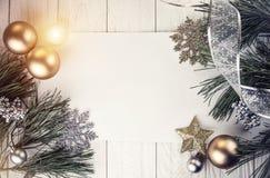 Fondo de la Navidad con las decoraciones en el tablero de madera Fotografía de archivo