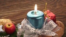 Fondo de la Navidad con las decoraciones en el tablero de madera Decoración de la Navidad almacen de metraje de vídeo