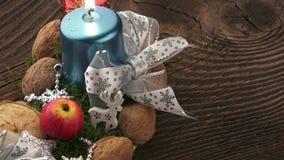 Fondo de la Navidad con las decoraciones en el tablero de madera Decoración de la Navidad metrajes