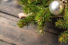 Fondo de la Navidad con las decoraciones en el tablero de madera La rama del pino del Año Nuevo elimina el núcleo Fotografía de archivo