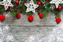 Fondo de la Navidad con las decoraciones, los corazones del terciopelo y el tre del abeto Imagenes de archivo