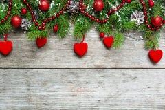 Fondo de la Navidad con las decoraciones, los corazones del terciopelo y el tre del abeto Imágenes de archivo libres de regalías