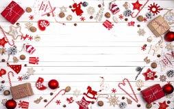 Fondo de la Navidad con las decoraciones, los dulces y el espacio rojos para Imagen de archivo
