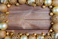Fondo de la Navidad con las decoraciones de oro Imágenes de archivo libres de regalías