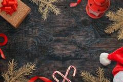 Fondo de la Navidad con las decoraciones por otra parte Espacio libre para el texto en el centro Foto de archivo