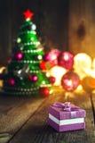 Fondo de la Navidad con las decoraciones y caja de regalo en boa de madera Fotos de archivo