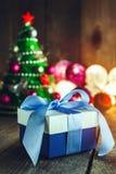 Fondo de la Navidad con las decoraciones y caja de regalo en boa de madera Imágenes de archivo libres de regalías