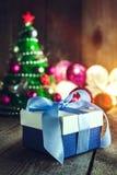 Fondo de la Navidad con las decoraciones y caja de regalo en boa de madera Foto de archivo libre de regalías