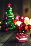 Fondo de la Navidad con las decoraciones y caja de regalo en boa de madera Imagen de archivo libre de regalías