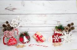 Fondo de la Navidad con las decoraciones y caja de regalo en el tablero de madera blanco Fotos de archivo