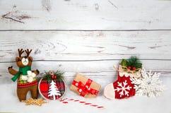 Fondo de la Navidad con las decoraciones y caja de regalo en el tablero de madera blanco Imagen de archivo libre de regalías
