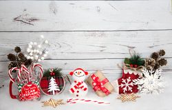 Fondo de la Navidad con las decoraciones y caja de regalo en el tablero de madera blanco Imágenes de archivo libres de regalías