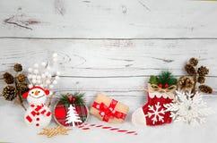 Fondo de la Navidad con las decoraciones y caja de regalo en el tablero de madera blanco Foto de archivo