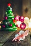 Fondo de la Navidad con las decoraciones y caja de regalo en de madera Imagen de archivo