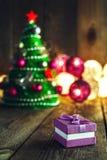 Fondo de la Navidad con las decoraciones y caja de regalo en de madera Fotos de archivo libres de regalías