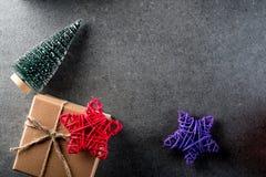Fondo de la Navidad con las decoraciones y caja de regalo en tablero oscuro Eve, Año Nuevo, concepto de los días de fiesta de Nav Fotos de archivo libres de regalías
