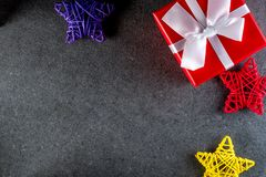 Fondo de la Navidad con las decoraciones y caja de regalo en tablero oscuro Eve, Año Nuevo, concepto de los días de fiesta de Nav Imagen de archivo