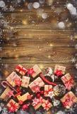 Fondo de la Navidad con las decoraciones y las cajas de regalo imagen de archivo libre de regalías