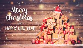 Fondo de la Navidad con las decoraciones y las cajas de regalo foto de archivo libre de regalías