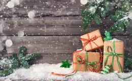 Fondo de la Navidad con las decoraciones y las cajas de regalo imagenes de archivo