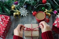 Fondo de la Navidad con las decoraciones y las cajas de regalo imagen de archivo