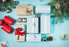 Fondo de la Navidad con las decoraciones y las cajas de regalo en tablero azul imágenes de archivo libres de regalías