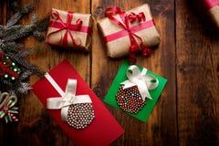 Fondo de la Navidad con las decoraciones y las cajas de regalo hechas a mano encendido Fotografía de archivo libre de regalías