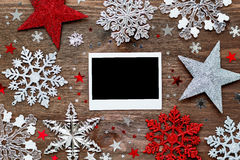 Fondo de la Navidad con las decoraciones y el marco de la foto Imagen de archivo libre de regalías