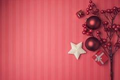 Fondo de la Navidad con las decoraciones y los ornamentos rojos Visión desde arriba con el espacio de la copia Foto de archivo libre de regalías