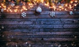 Fondo de la Navidad con las decoraciones y las luces de madera del punto Imagen de archivo libre de regalías