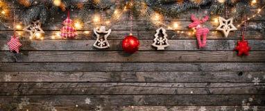 Fondo de la Navidad con las decoraciones y las luces de madera del punto Imágenes de archivo libres de regalías