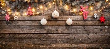 Fondo de la Navidad con las decoraciones y las luces de madera del punto Fotografía de archivo