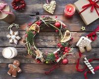 Fondo de la Navidad con las decoraciones y las velas Foto de archivo