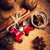 Fondo de la Navidad con las especias. Palillos de canela, azúcar de Brown, Fotografía de archivo libre de regalías