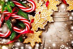 Fondo de la Navidad con las galletas de la Navidad y los bastones de caramelo Imagen de archivo