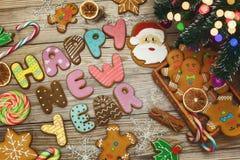 Fondo de la Navidad con las galletas de la Navidad, la decoración y las especias, 2018 Foto de archivo libre de regalías