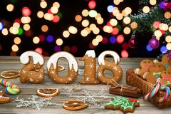 Fondo de la Navidad con las galletas de la Navidad, la decoración y las especias, 2018 Imágenes de archivo libres de regalías